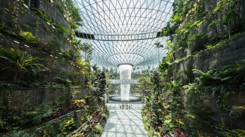 Nowa część Jewel Changi Airport w Singapurze. Proj. Safdie Architects.