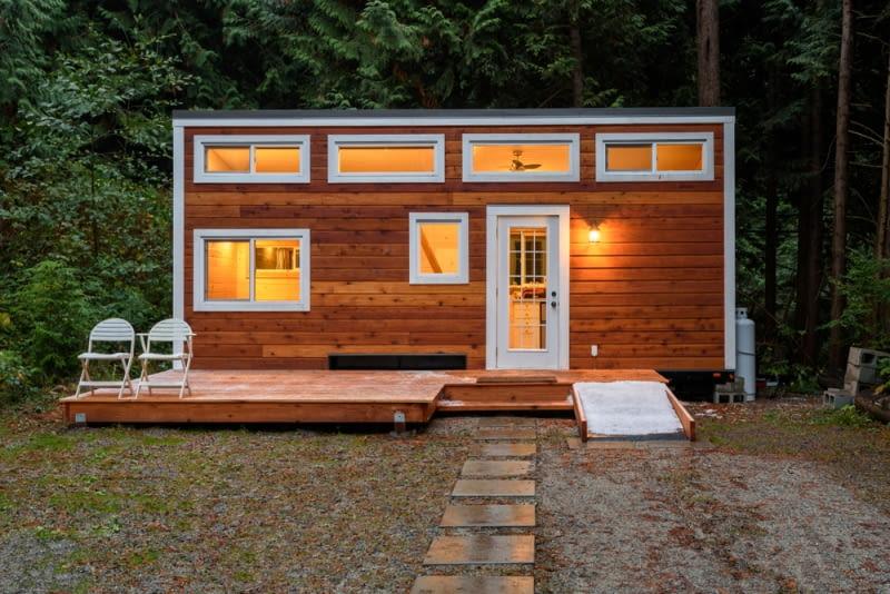 Światło, naturalizm i przestrzeń to słowa najważniejsze dla właścicieli tego nowoczesnego drewnianego domku leśnego. Jedyną ingerencją w naturę jest skrupulatne usuwanie siewek drzew, które rzucałyby potem zimny cień na ścianę domku.