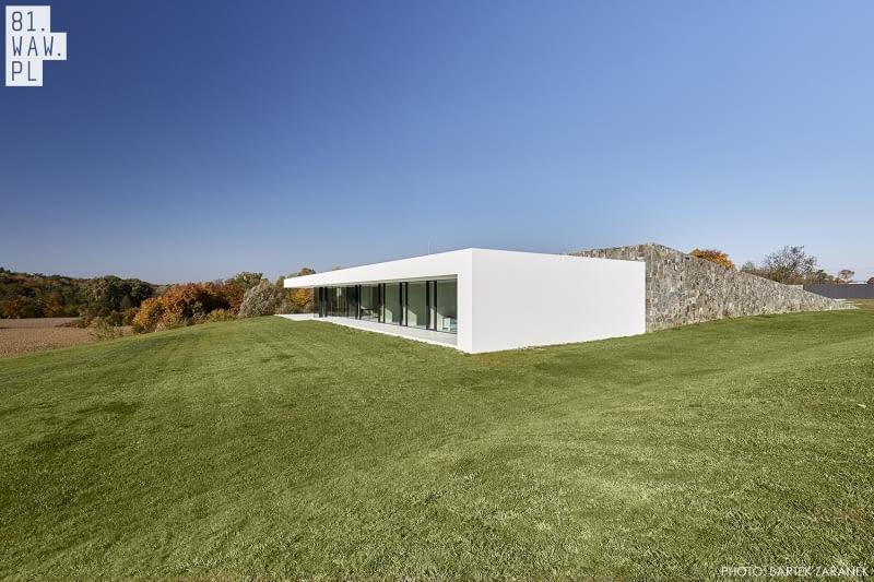 Dom składa się z dwóch brył, stworzonych z różnych materiałów.