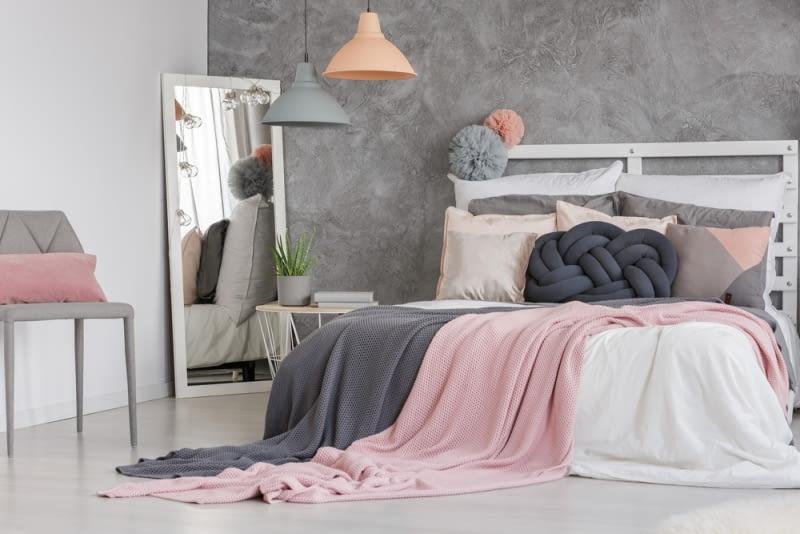 Uzupełnieniem dekoracji powinny być jednak wszelkie narzuty na łóżko czy pledy a także poduszki, które dodają całości przytulnego charakteru.