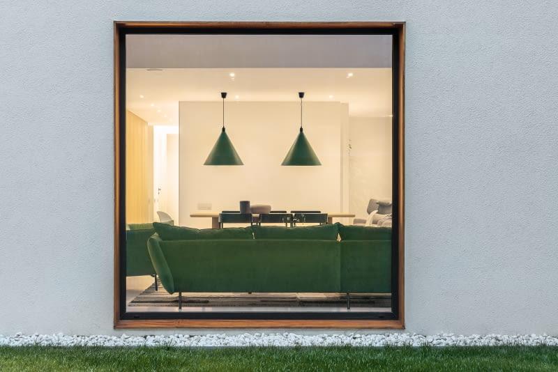 ... слева он освещает и украшает кухню, а наверху мы видим гостиную с геометрическими светильниками.