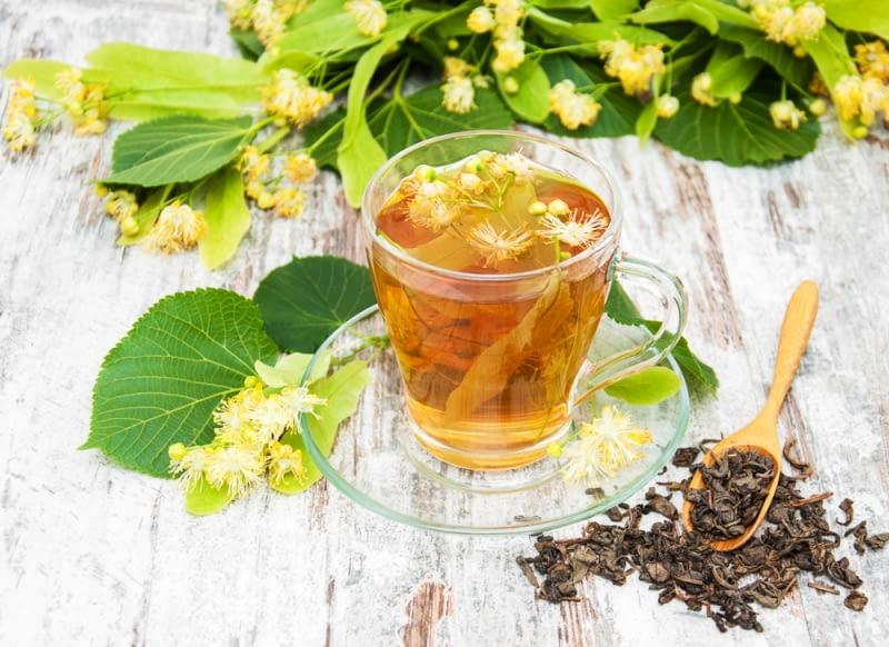 Herbata z lipy Napar z kwiatów lipy osłodzony łyżką lipowego miodu, lub odrobiną miodu pitnego - dawka skondensowanego lata o każdej porze roku.