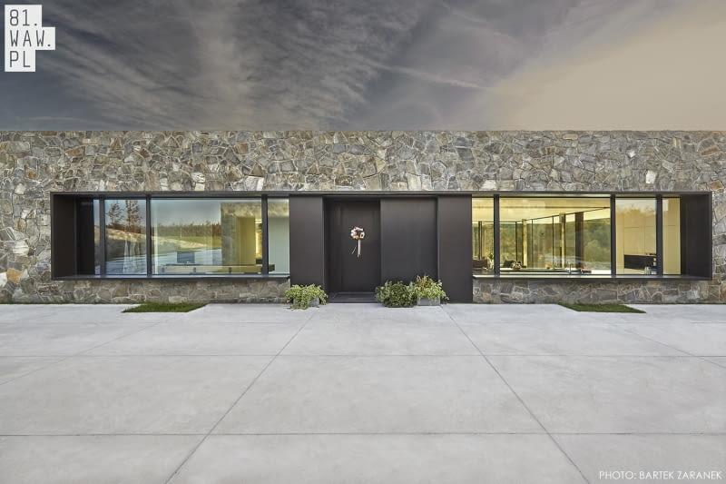 Dom Polny to nie tylko projekt formy budynku, ale i ukształtowania domu, który jest wtopiony w otoczenie.
