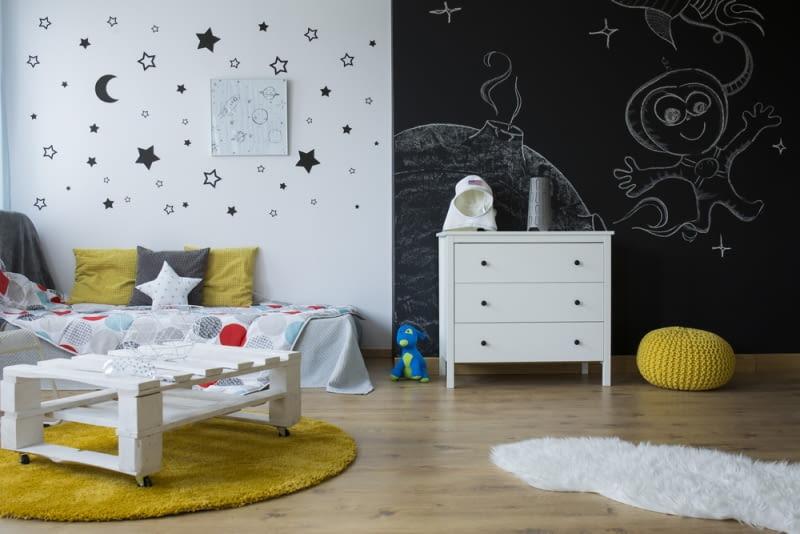 W przypadku starszych dzieci idealnym rozwiązaniem może okazać się pokrycie farbą kredową ściany - bezkarna możliwość malowania kredą po ścianach daje większą radość niż najlepsze i najdroższe zabawki.