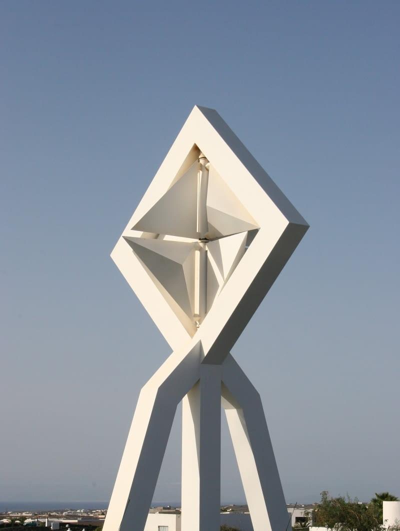 Ruszająca się na wietrze rzeźba Césara Manrique'a.
