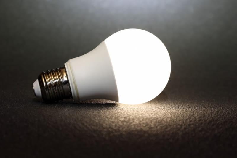Wybierając lampę warto zadbać również o odpowiednie żarówki. Na rynku dostępne są żarówki tradycyjne, halogenowe i ledowe.