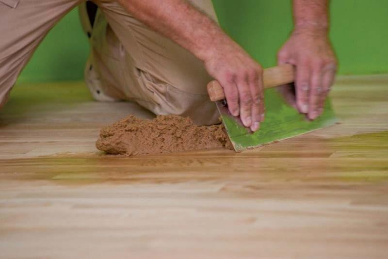 Po cyklinowaniu nowej posadzki drewnianej warto zostawić sobie trochę pyłu drzewnego, przyda się do ewentualnych napraw