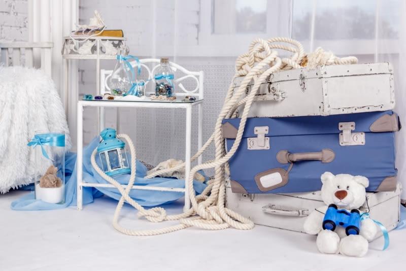 Obowiązkowo w pokoju dziecka urządzonym w marynistycznym stylu muszą znaleźć się sznury, które można spotkać zarówno w porcie jak i na statku.