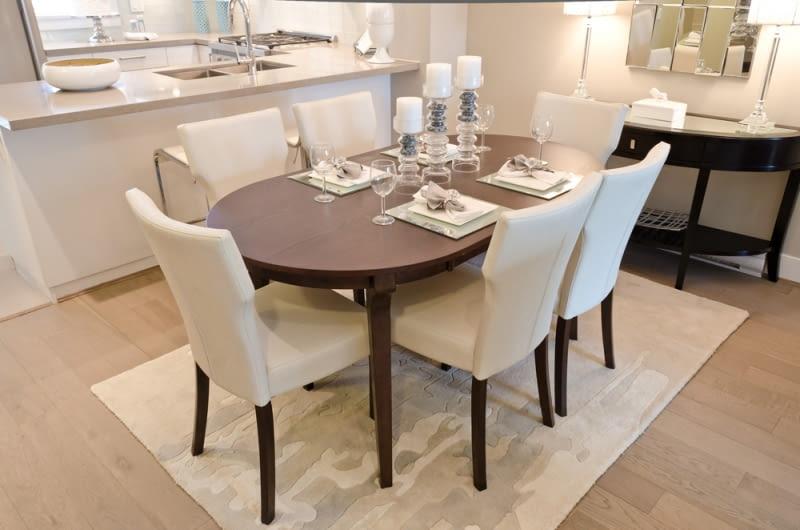 Ważną rolę odgrywa kształt stołu. Najpopularniejszym rozwiązaniem jest wybranie stołu rozkładanego, którego powierzchnię można dopasować do ilości osób.