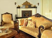 Kanapy były obowiązkowym elementem wyposażenia. Miały wygodne oparcia i drewnianą ramę dekorowaną snycerką lub ażurami.