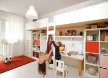 DRABINKA, po której wchodzi się na piętrowe łóżka, służy też dziewczynkom do ćwiczeń. Na ścianie nad łóżkami pływają rybki (naklejki firmy Bamboletto, założonej przez rodziców).