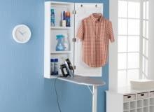 Przechowywanie deski do prasowania w małym mieszkaniu bywa kłopotliwe. Taka szafka ścienna, w której jednocześnie zmieści się żelazko i środki czystości, to rozwiązanie idealne.