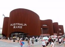Australia. Wielka struktura zaprojektowana przez formy Wood Marsh i Think!OTS przypomina rdzawym kolorem i kształtem jedną z największych atrakcji turystycznych Australii, obiekt z listy światowego dziedzictwa UNESCO - górę Uluru. Skojarzenie to nie jest jednak dosłowne i w ramach grupy pawilonów, odnoszących się do zabytków lub krajobrazów krajów Australia zdecydowanie prowadzi. Z naturalnej inspiracji powstał wysokiej klasy projekt świetnej architektury.