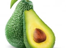 Owoce wielu odmian awokado po dojrzeniu nadal są zielone. Pod skórką mają kremowy miąższ ipestkę wcienkiej łupince. Ważą 170-200g.