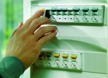 Rozdzielnica zawiera aparaty służące do rozdziału, a także łączenia obwodów, urządzenia sterownicze oraz zabezpieczenia. Z jednej strony przyłącza się do niej kabel poprowadzony od skrzynki z licznikiem, a z drugiej - obwody