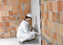Mocowanie do ściany za pomocą kleju gipsowego to najczęściej wybierany sposób układania płyt gipsowo-kartonowych. Nie jest on wprawdzie skomplikowany, ale wymaga równego podłoża. Przed montażem na ścianach warto zaznaczyć układ płyt. Ułatwi to takie ich rozmieszczenie, aby nie trzeba było wiele docinać. Na podłodze dobrze też zaznaczyć linią lico płyty. Dzięki temu można kontrolować płaszczyznę płyt podczas przyklejania.