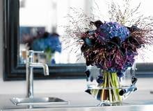 Bukiet z okazji urodzin, imienin, wizyty zawsze jest mile widziany. Kwiatową kompozycję można przygotować samemu lub zamówić wiązankę w kwiaciarni. A że kwiatów mamy ogromny wybór, nie musimy się ograniczać tylko do gatunków sezonowych. Bo sezon trwa teraz przez cały rok! <BR /> BUKIETY. Pani hortensja. Delikatna, pastelowa (biała, różowa, błękitna), lub ciemna i mroczna (fioletowa). Równie dobrze jak świeże kwiaty wyglądają suche kwiatostany. ROŚLINY UŻYTE W KOMPOZYCJI: hortensja, kalie i trawy ozdobne.