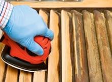 Szlifierka elektryczna z czubatym zakończeniem ułatwia dostęp do wszelkich zakamarków czyszczonych drewnianych powierzchni.