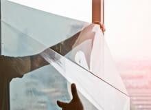 Folie chroniące przed promieniami słonecznymi sprawdzą się w każdym miejscu - zarówno w domu, biurze jak i hali produkcyjnej.