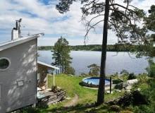 dom na wyspie, dom nad morzem, drewniany dom nad morzem, wakacyjny dom, dom na lato, skandynawski styl