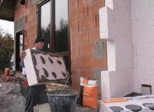 Czerwiec to środek sezonu budowalnego; jeśli budowa posuwa się szybko, można wykańczac elewację domu