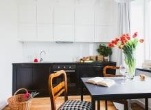 Anek kuchenny z czarno-białymi szafkami