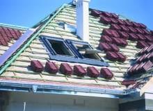Łaty do mocowania dachówek ceramicznych i cementowych muszą być grubsze i przybite gęściej niż pod blachodachówkę.