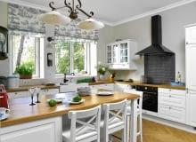 Rzymskie rolety z dekoracyjnej tkaniny dopasowano do stylu kuchni.