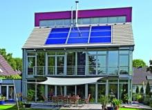 Panele fotowoltaiczne na dachu spadzistym układa się na aluminiowych profilach. Przytwierdzone są one do konstrukcji dachu, w zależności od rodzaju pokrycia, odpowiednimi hakami mocującymi. Poniżej pokazujemy montaż paneli fotowoltaicznych na dachu krytym dachówką ceramiczną. Ten rodzaj materiału jest bowiem jednym z częściej wybieranych przez inwestorów.