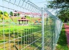 Ażurowe ogrodzenie panelowe wykonane z metalowych przęseł i słupków - proste i popularne.