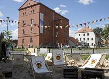 """21.07.2013 Bydgoszcz , Wyspa Mlynska , plaza przy kawiarni """" Strefa """" . Fot. Pawel Malinowski / Agencja Gazeta"""