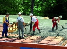 Na dobrej ekipie budowlanej nie warto oszczędzać. Źle wykonany strop to nie tylko dodatkowe koszty jego naprawy i wydłużony czas budowy; to przede wszystkim zagrożenie dla bezpieczeństwa mieszkańców domu