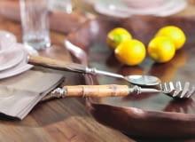 Uwagę zwracają przedmioty z nietypowych materiałów, np. sztućce z trzonkami bambusowymi albo z bawolich kości.