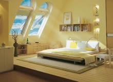 Sypialnia w otwartej przestrzeni na poddaszu. Duże okna połaciowe doświetlają pomieszczenie, a nocą umożliwiają oglądanie nieba