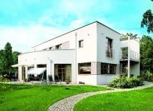 Bryła domu z prostym dachem jest oszczędna. Na elewacjach zastosowano boniowanie, aby nieco przełamać jej surowość. Z trzech stron wzbogacono ją również tarasami