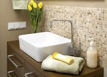 Mozaikę idealnie dobrano do kolorystyki wnętrza - na kostkach powtarzają się barwy pozostałych elementów wyposażenia.
