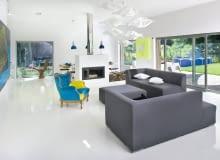 Jasne podłoże odbija światło, optycznie powiększając przestrzeń.