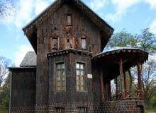 Pałac Myśliwski w Mojej Woli. Jedyny w Polsce obiekt, który ma elewację z kory dębowej