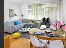 Duża sofa narożna to podstawowy mebel w tym pokoju.