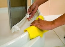 Dolne suwaki w drzwiach kabiny mogą być odpinane, co pozwala na odchylenie drzwi i łatwiejsze dotarcie do każdego zakątka podczas czyszczenia