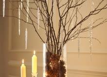 Nagie gałęzie drzew zimą często pokrywają się szadzią i lodem. Ten sam klimat można stworzyć w domu, w szklanym wazonie. Wystarczy wstawić do niego sznur lampek (najlepiej diodowych), szyszki i gałęzie brzozy. Do tego akrylowe sople... I dekoracja gotowa. www.blog.1800flowers.com