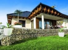 Gabiony mogą służyć do budowy niskich ogrodowych murków, np. oddzielających trawnik od tarasu