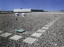 Standardowe wykończenie dachu odwróconego - płukany żwir - zapewnia dobrą izolacyjność termiczną i zwiększa powierzchnię parowania wody.