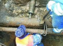Aby podłączyć przykanalik do kanału zewnętrznej sieci kanalizacyjnej, wykorzystuje się na przykład wiertnicę hydrauliczną, którą wykonuje się otwór w betonowym kanale głównym (tzw. włączenie na ostro)