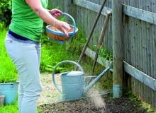 Nawozy posypowe rozsiewamy na powierzchni gleby przed wysiewami, następnie grabiami mieszamy z jej górną warstwą.