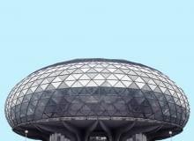 Choć powstały w drugiej połowie ubiegłego wieku, wyglądają jakby pochodziły z przyszłości lub były stworzone przez cywilizację z odległej planety. Szare budynki, na co dzień często niezauważane, w obiektywie Mirko Nahmijasa pokazują całą swoją niezwykłą urodę rodem z filmów science-fiction.</br> Muzeum Awiacji, Belgrad, proj. Ivan Štaus