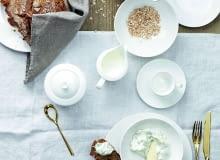Cała siła w bieli Kolekcja Jade Weiss Rosenthala cieszy się wielką popularnością. Minimalistyczna linia białej porcelany to gwarancja elegancji, nowoczesności i klasy. Spójrzcie, jak pięknie i odświętnie wygląda w towarzystwie złotych sztućców./Fot. Rosenthal