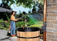Zamiast czerpać wodę konewką, lepiej użyć pompy zanurzeniowej. Do niej podłączamy wąż z końcówką zraszającą. System: Gardena