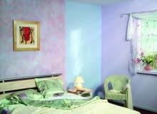 Farby dekoracyjne polecane są nie tylko do reprezentacyjnych pomieszczeń. W sypialni pięknie będą wyglądały ściany w tonacji pastelowej. Aby ożywić pomieszczenie, narożnik, wnękę albo inny fragment ściany, maluje się je innym kolorem.