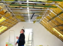 Podczas wykonywania obudowy poddasza należy sprawdzać każdy etap prac, począwszy od układania ocieplenia, montażu rusztu, poprzez mocowanie paroizolacji i płyt gipsowo-kartonowych